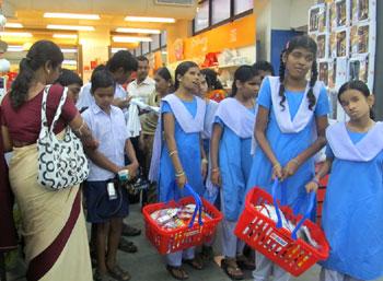 blind-children-shopping